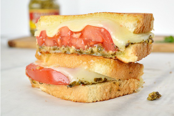 pesto tomato sandwich featured